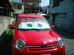赤い車とサンシェード
