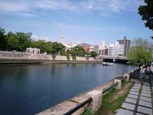 原爆ドームの横の川
